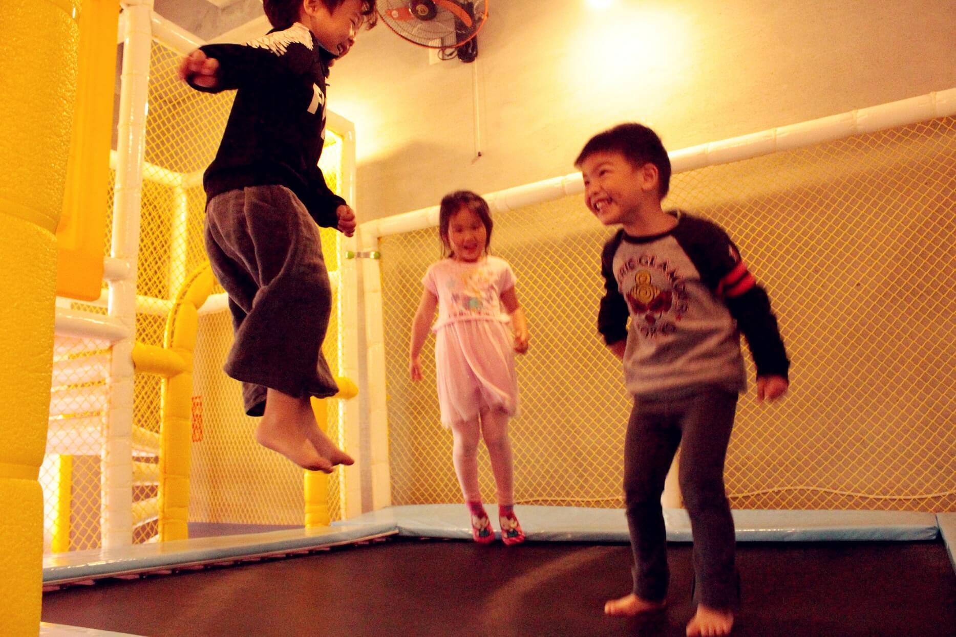 台南親子民宿室內彈簧床,主要在小朋友間的交流情感