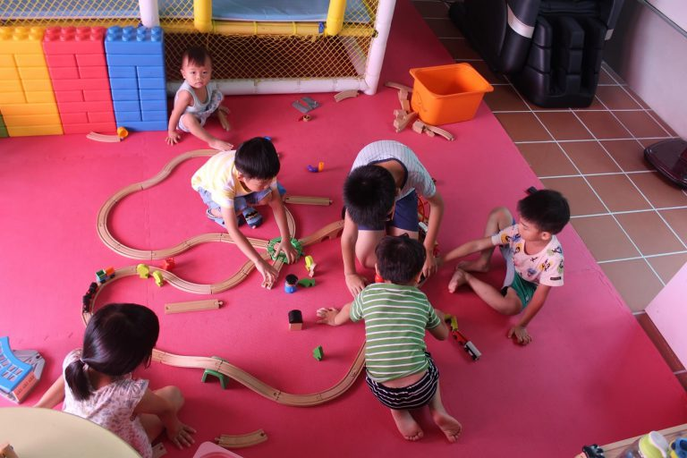 孩子們一起組裝木製軌道、學習合作