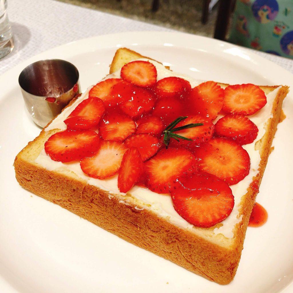 BON填滿草莓的厚片