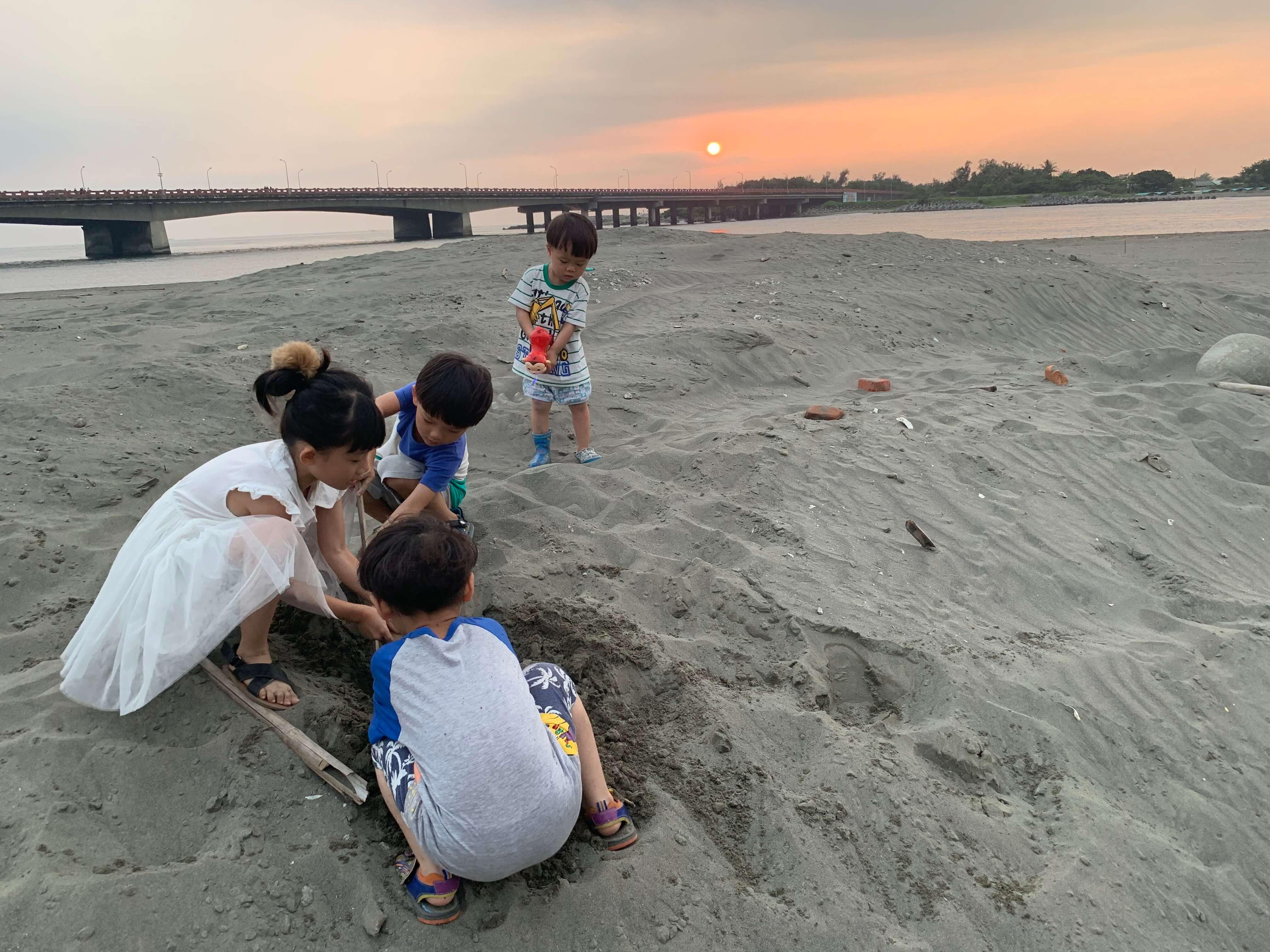 四草大橋下兒童玩沙樂