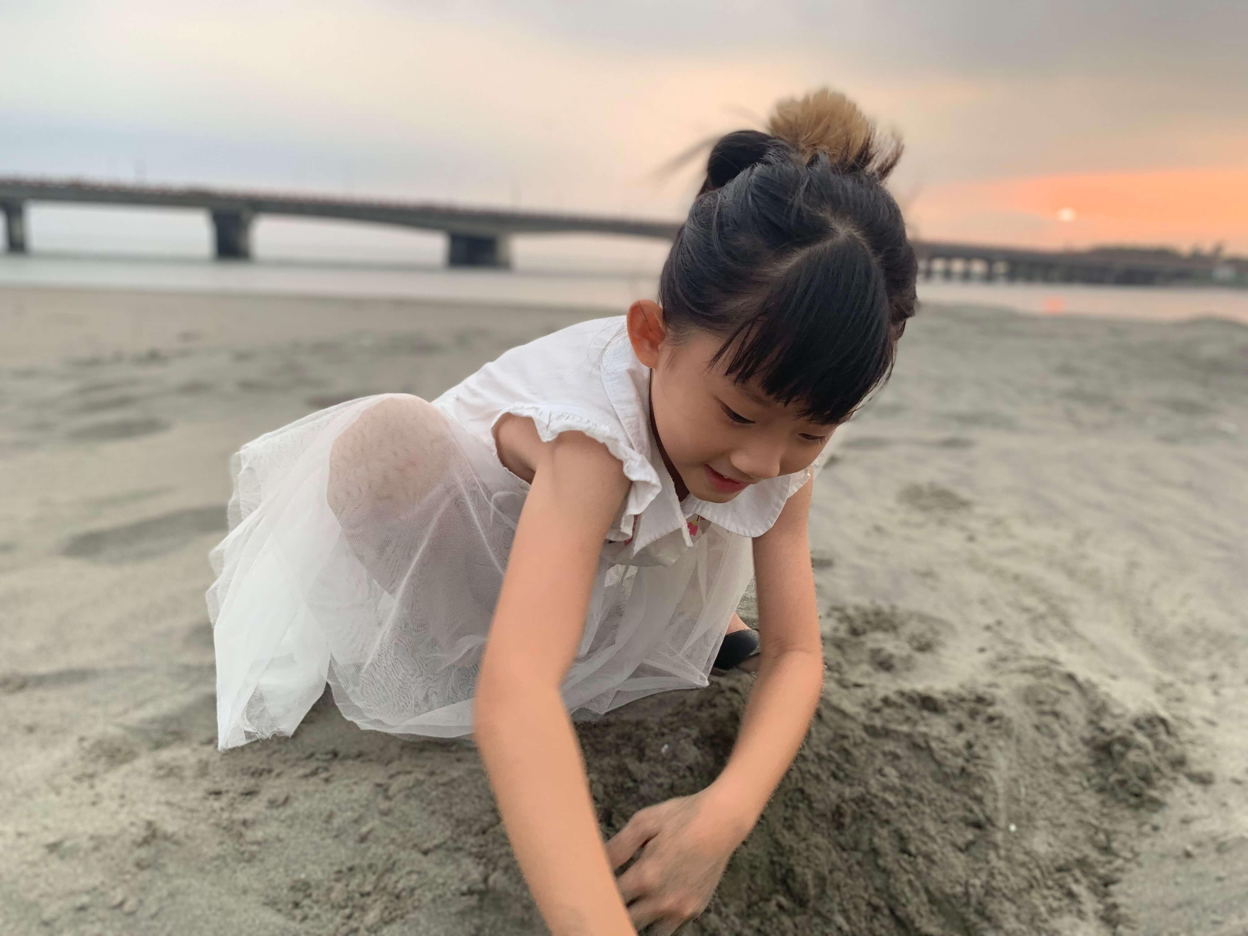 四草大橋下小女孩玩沙