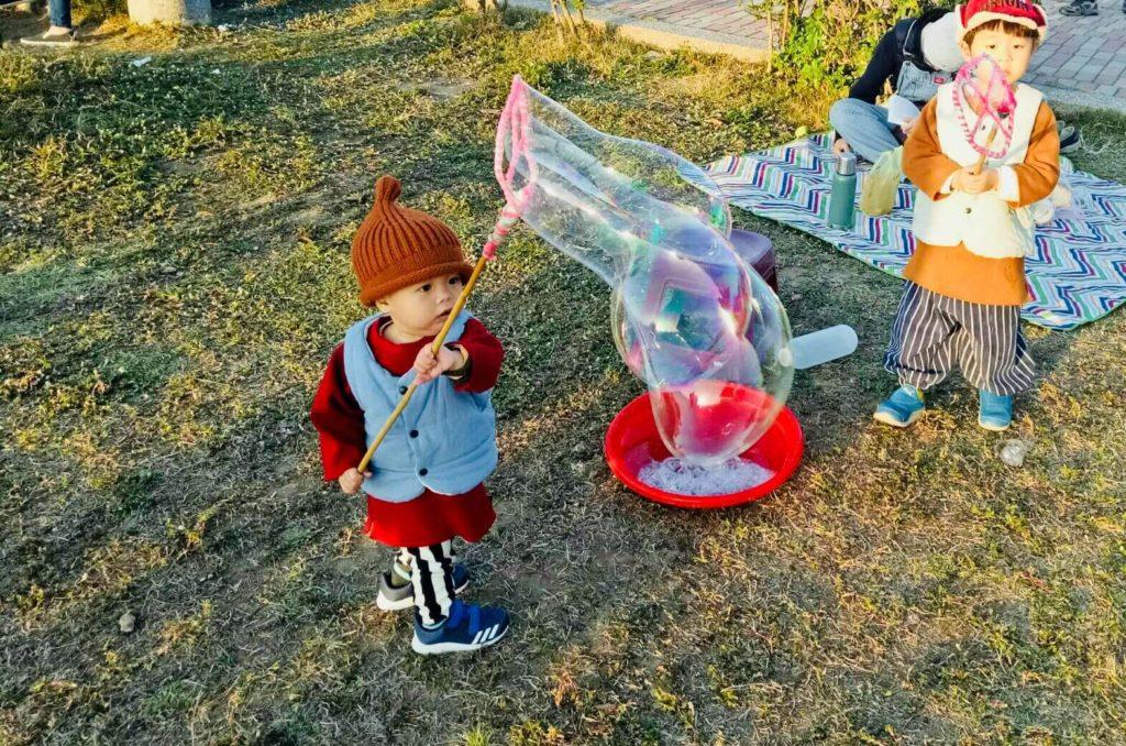 小男孩愛玩泡泡在林默娘公園