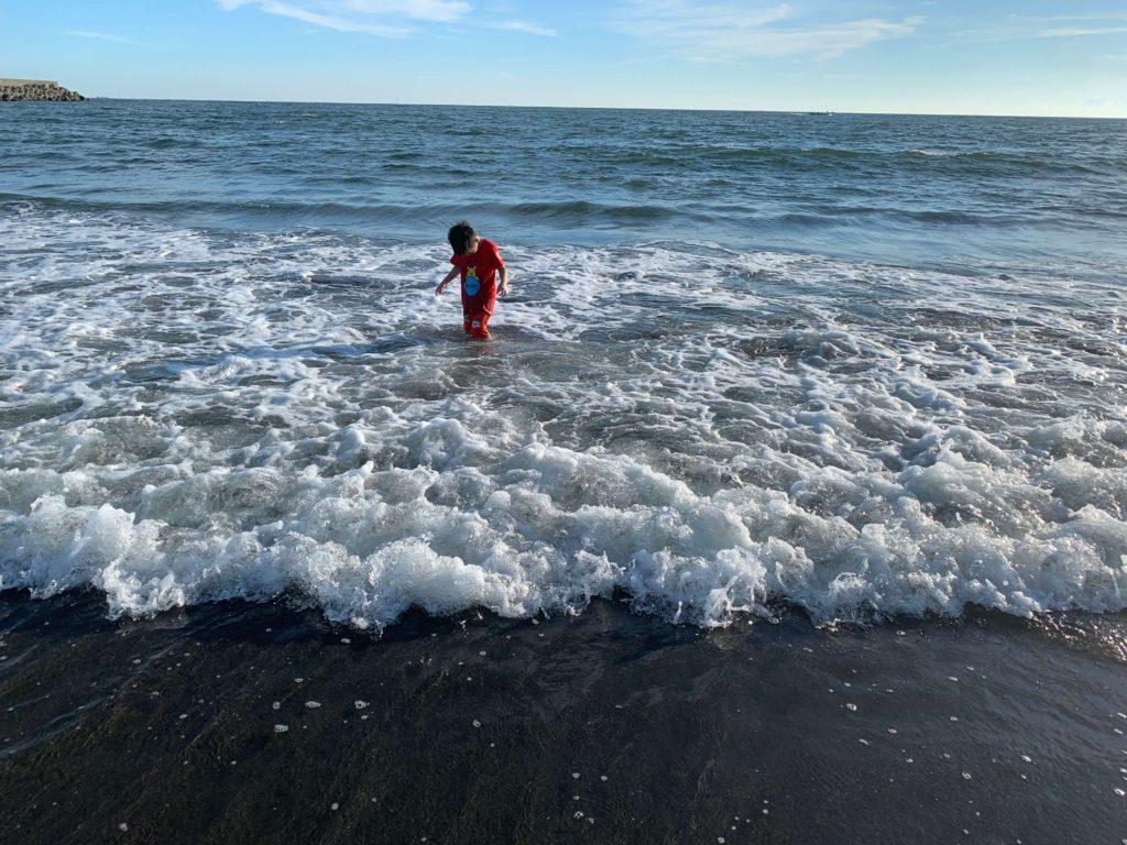 漁光島小男孩玩水