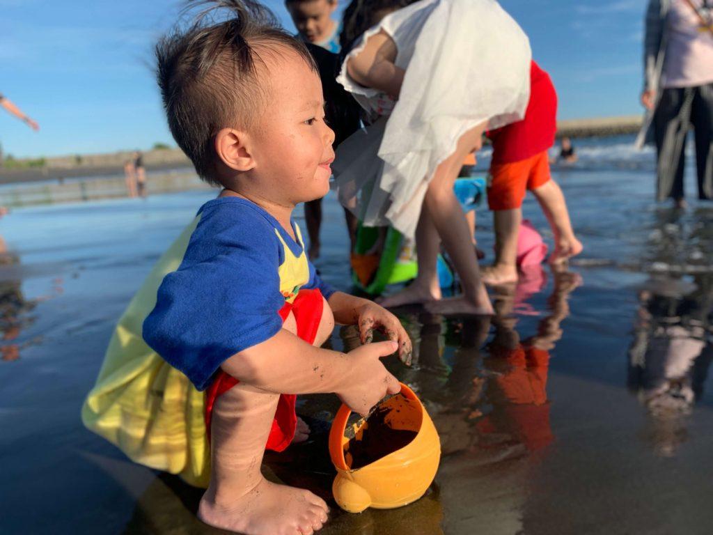 觀夕平台孩子玩沙